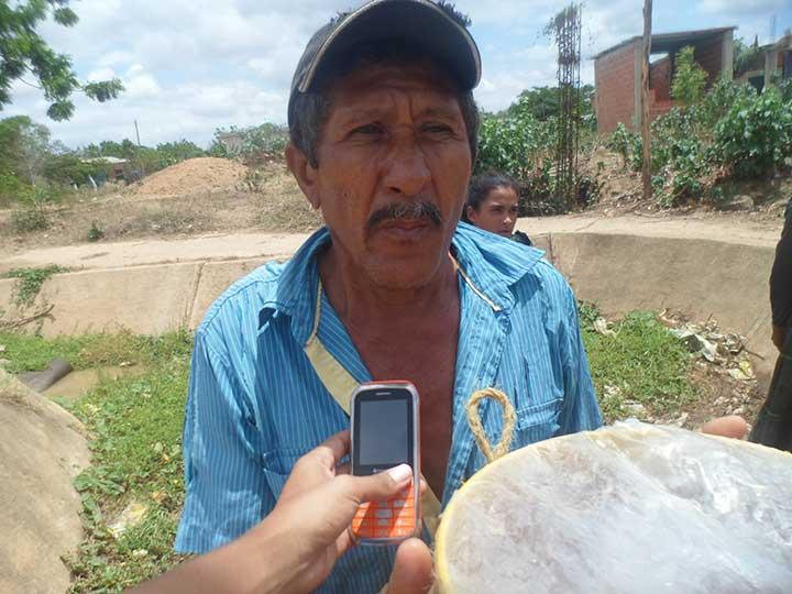 Manuel Flores afectado ante la escasez de agua