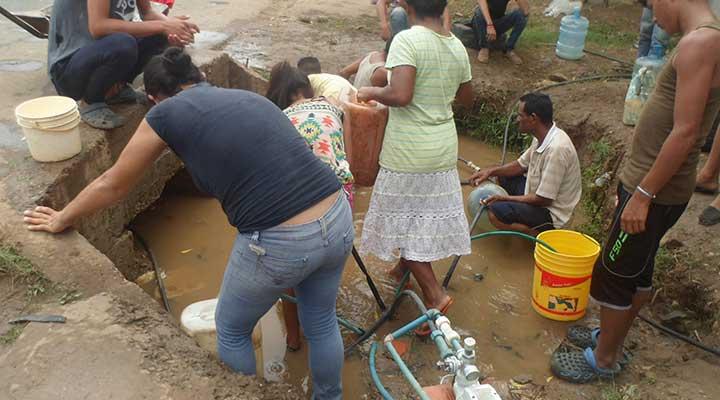 Cargan agua todo el dia desde tomas improvisadas de la avenida Monseñor Rafael Chacin en el municipio Infante.