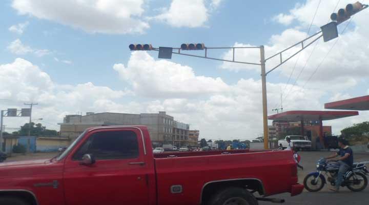 En la esquina de la Av. Las Industrias cruce con Vigía uno de los semáforos fue destruido en un accidente y no ha sido repuesto.
