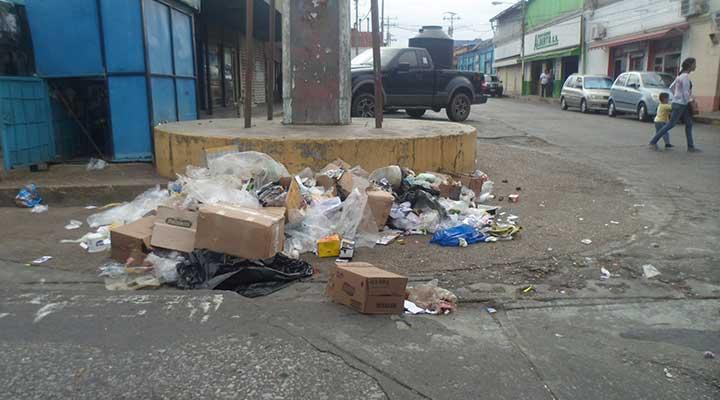 Varias calles del casco central amanecieron full de basura.