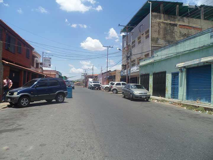 Solicitan que los entes gubernamentales manden agua para la calle Bolivar.