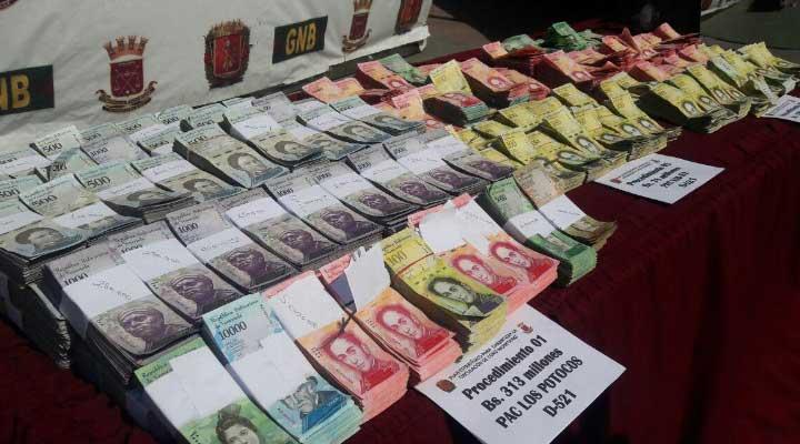 Dinero en efectivo que trasladaban al parecer para extraer del país.