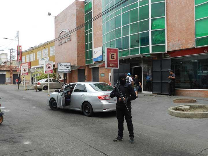 Un fuerte despliegue policial se desplegó en el centro comercial donde esta la emisora.