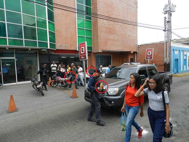 Papeles y computadoras que se llevaron de la sede de Talento 102.7 FM en Valle de la Pascua
