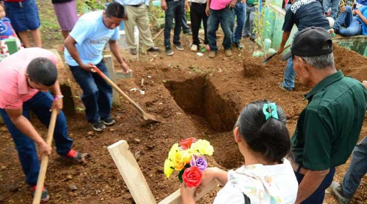Padres enterrando a hijos o nietos que deciden ingresar en el mundo de la delincuencia y resultan muertos.