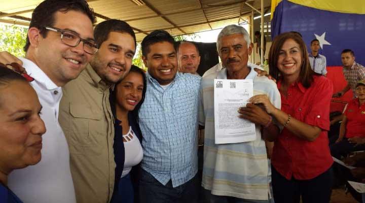 La alcaldesa del municipio Infante Nidia Loreto y la Diputada al Cleg Sori Ramos entregaron títulos de propiedad a los productores y ganaderos.