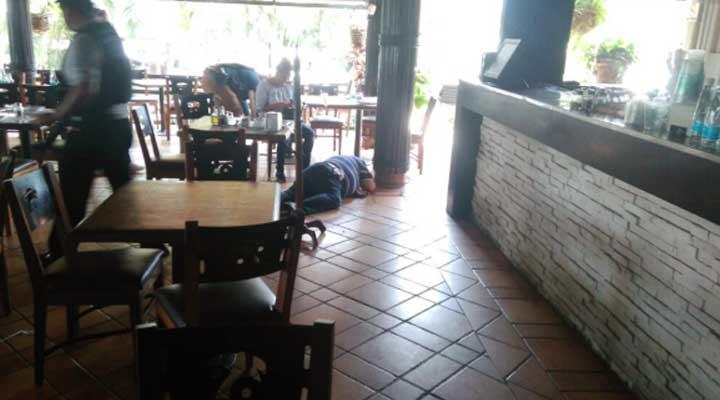 El cuerpo quedo al lado de la mesa donde iba a comer con su esposa