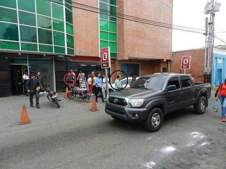 Momento en que se llevan detenido al director de la radio y locutor Juan De Mata Rengifo.