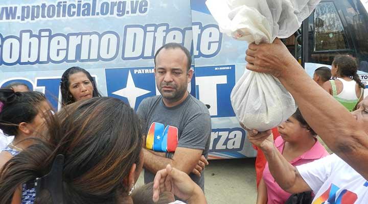 Pablo Alvarado fue abordado por los residentes quienes se sentían burlados.