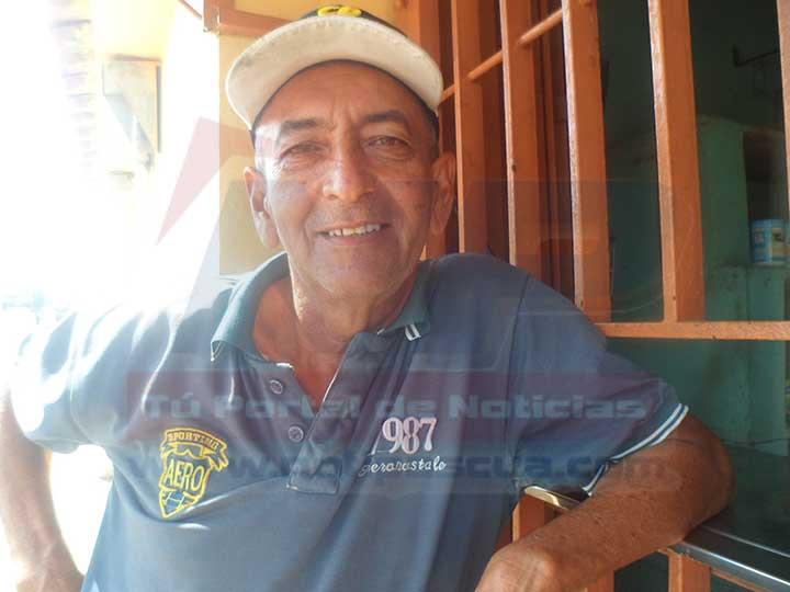 Ismael Álvarez residente de la calle El Roble afectado por la falta de Agua.