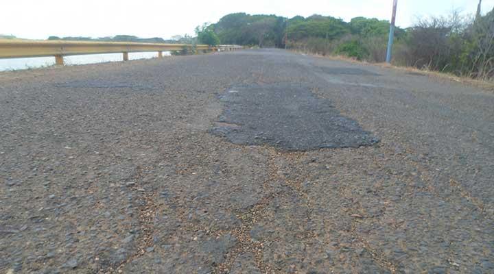 Los gobiernos solo colocan algunos parches de vez en cuando en la carretera que conduce a El Corozo.