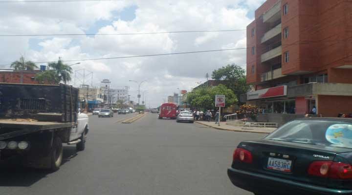 Avenida Rómulo Gallego cerca del Bicentenario no cuenta con señales de tránsito