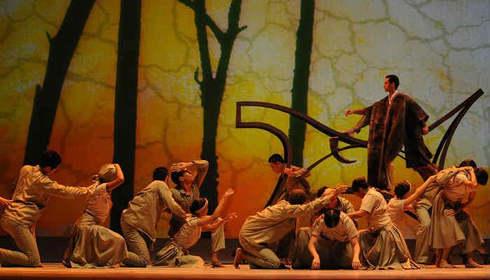 Las puestas en escena tienen influencias de diferentes culturas como la de Europa