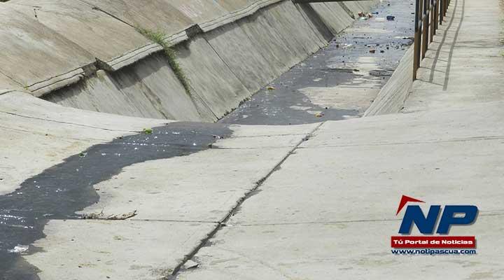 El agua contaminada se desplaza hacia la calle 4 del sector Las Garcitas