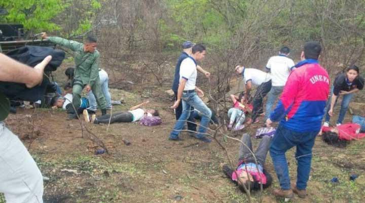 Los estudiantes se trasladaban en la parte trasera de un vehiculo militar.