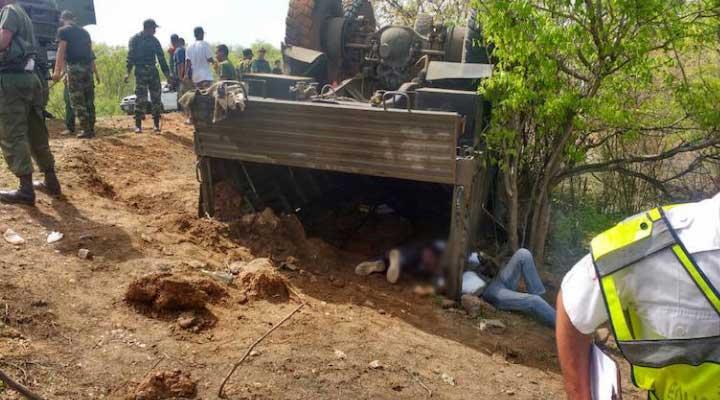 El vehiculo militar volcó luego que su chófer intento esquivar un hueco.