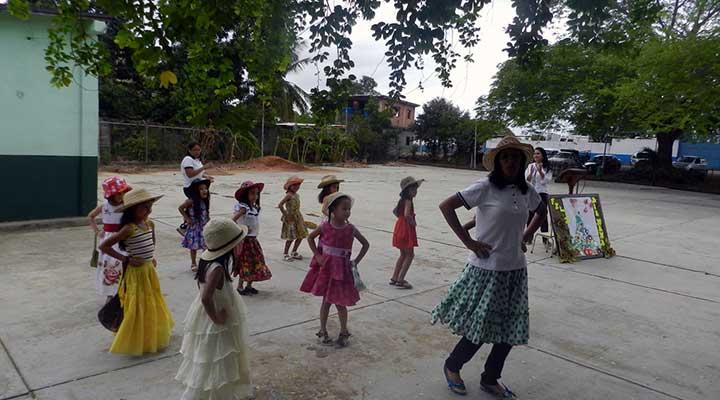 """El baile de la """"Tia Monica"""""""