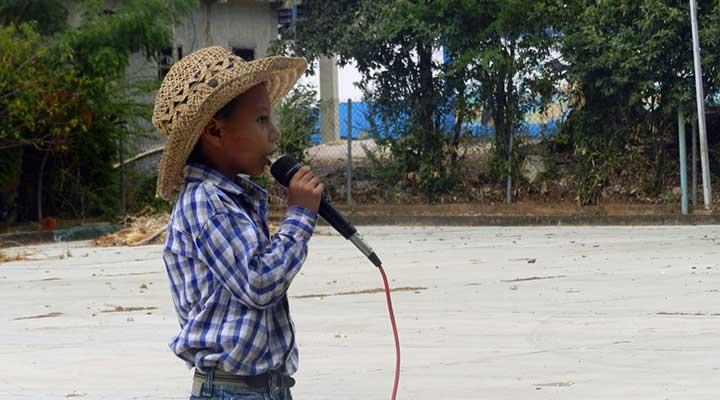 Una canción dedicada a las madres fue interpretada por este pequeño.