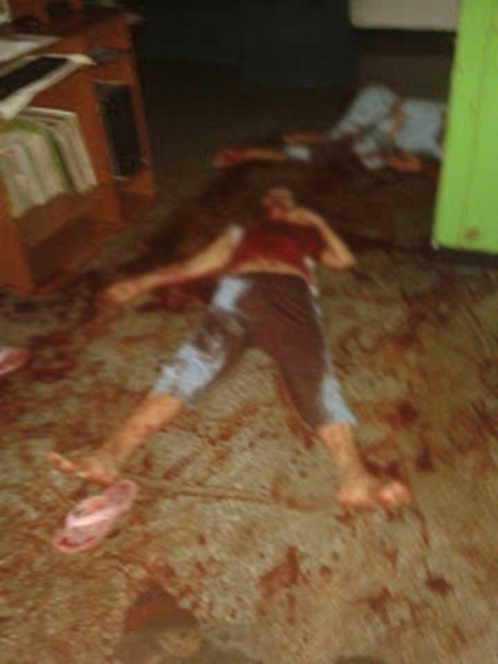 Los cuerpos quedaron en la sala de la vivienda.