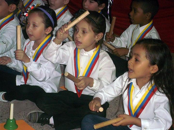 Los niños interpretaron ejercicios básicos de secuencias rítmicas con instrumentos de percusión