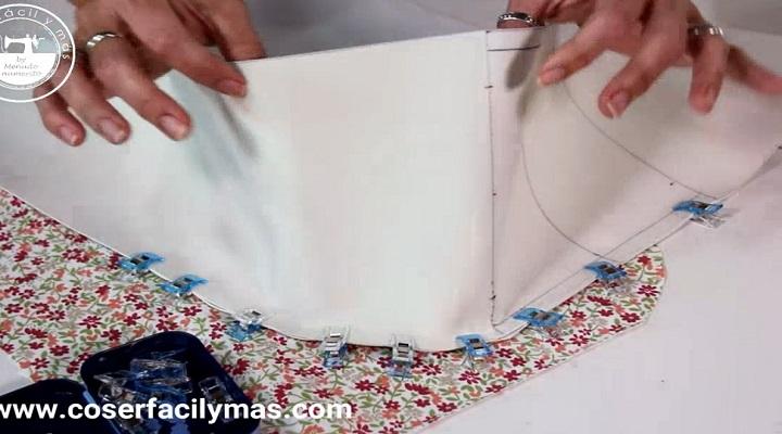 Tiras y pieza de polipiel alineadas para ir a coserlas