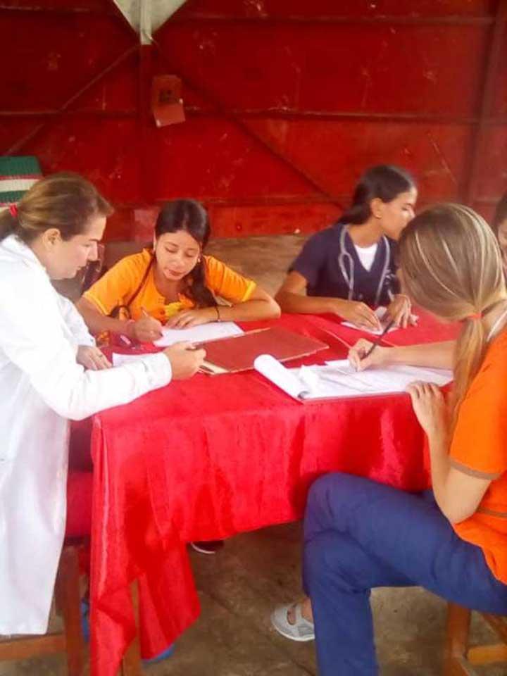 Doctores y estudiantes en plena consulta