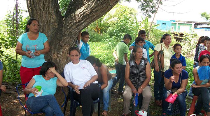 Madres a la espera de un cupo para sus hijos.