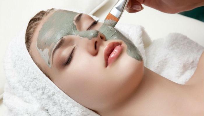 Se debe aplicar en la cara cremas hidratantes, nutritivas y leches limpiadoras