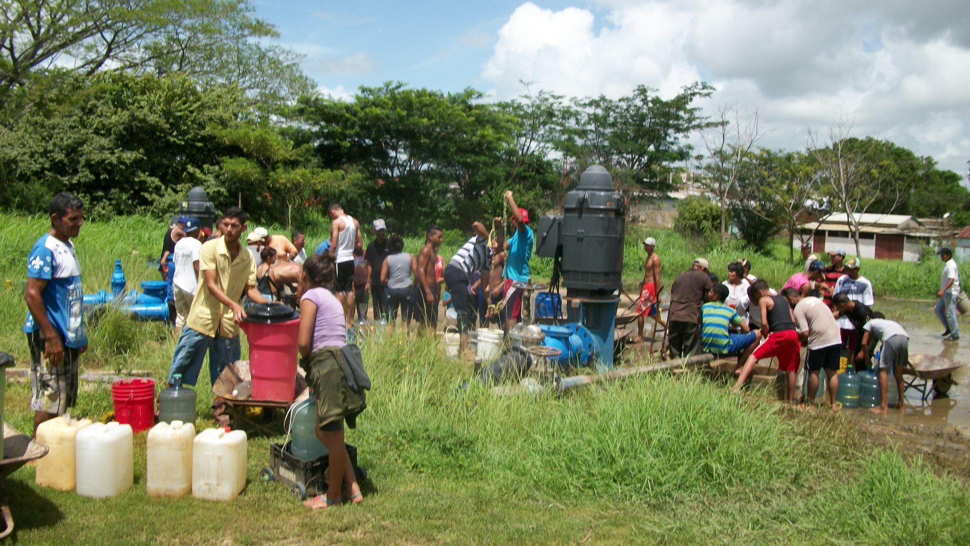 Vecinos intentan proveerse de unos cuantos litros de agua cruda antes que se agote la reserva.jpg
