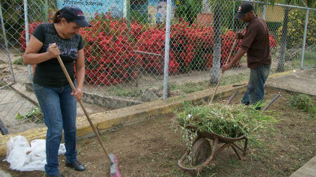 La directora y obreros iniciaron mantenimiento