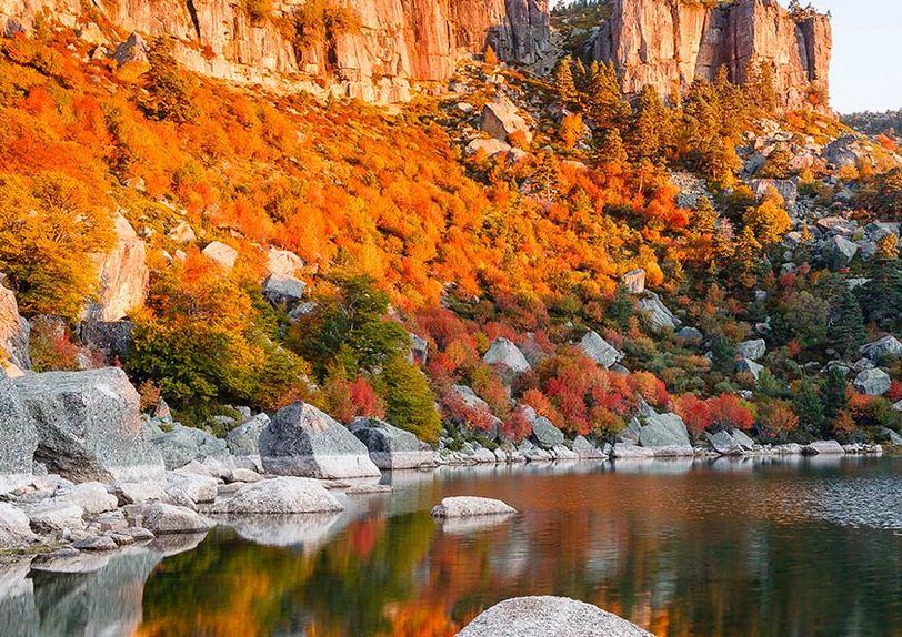 Riscos escarpados rodean a la hermosa laguna de Soria