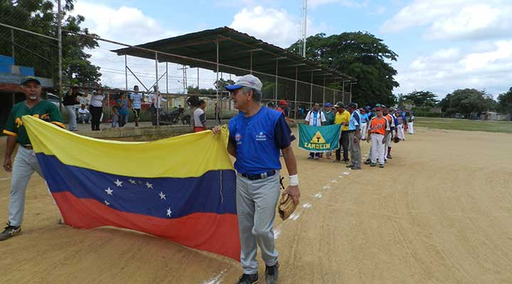 Desfile de equipos en el estadio Rosendo Segura.jpg