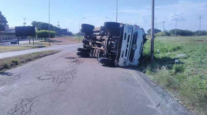 El camión cisterna quedo volcado a una lado de la vía.