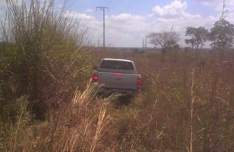 La camioneta quedo en una zona boscosa.