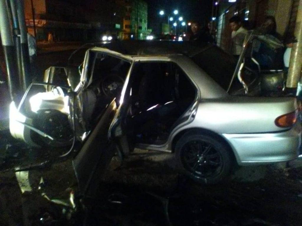 El vehículo quedo en medio de dos postal de la avenida Romulo Gallegos.