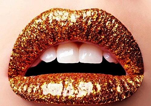 Pintura dorada en los labios