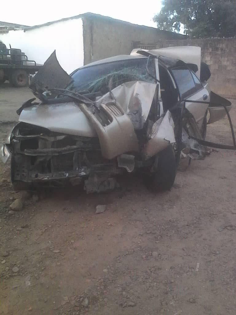 El vehículo quedo parcialmente destrozado