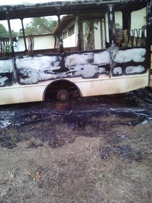 Autobús incendiado en la población de El Socorro, estado Guárico.