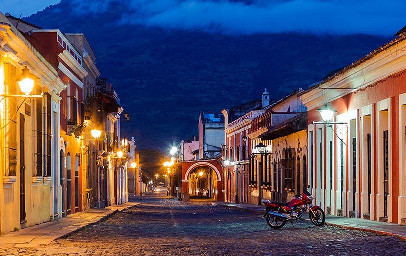 Coloridas calles empedradas en Antigua, ciudad de Guatemala.