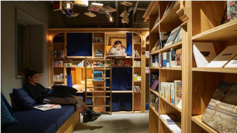 Book and bed, leer y descansar en un mismo sitio.