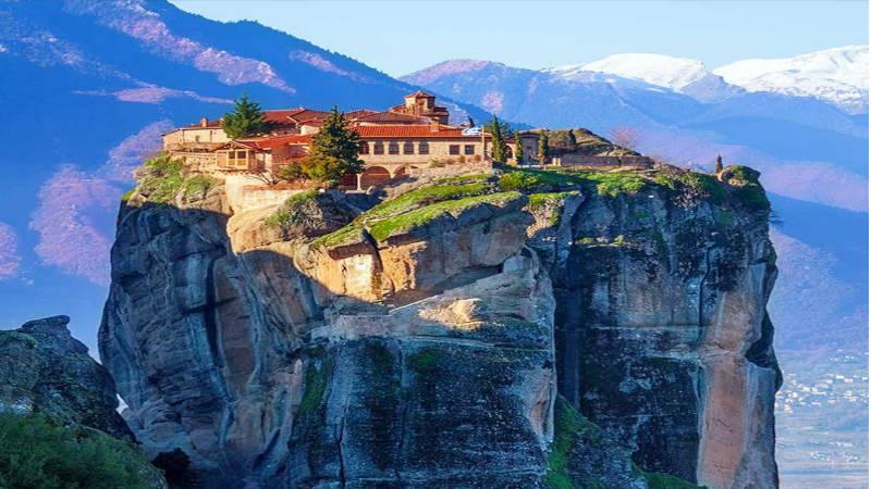 """Meteora lugar de meditación Su nombre significa """"Rocas en el aire""""."""