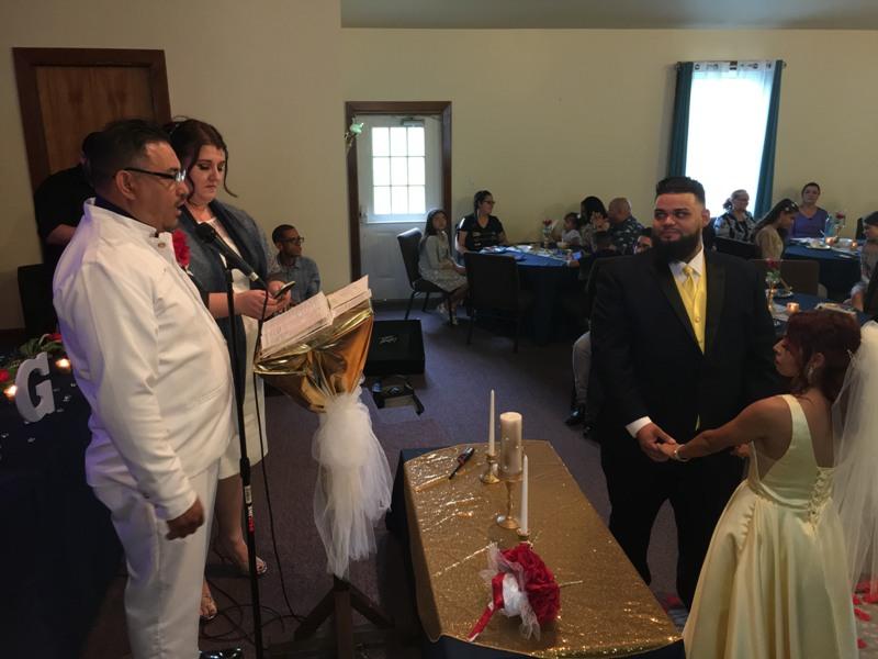 Pastor Caleb Acosta impartiendo la bendición pastoral a los contrayentes