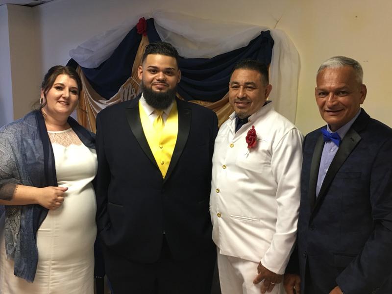 El novio posando con los pastores Caleb y Christina Acosta con quien suscribe la noticia