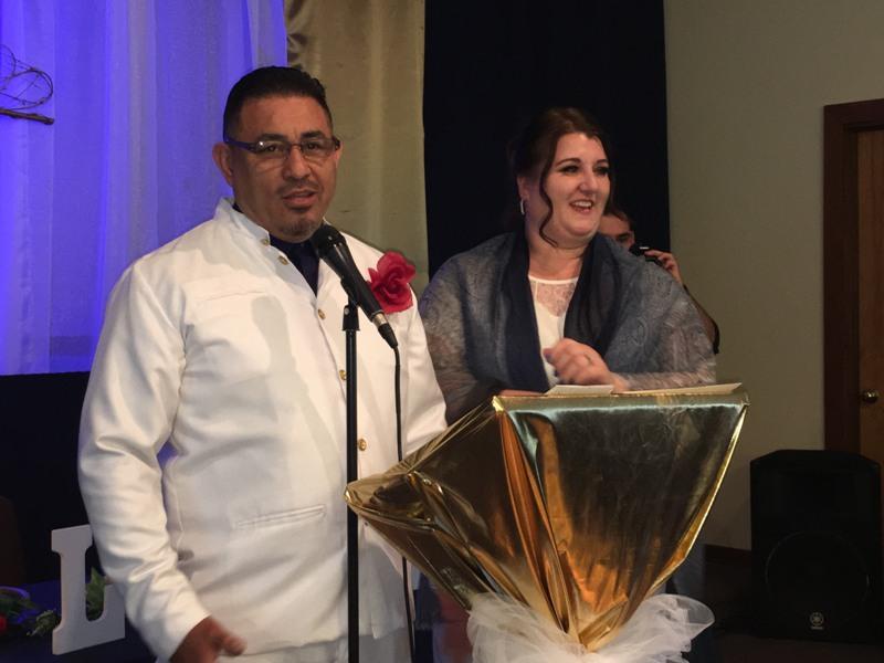 Pastores Caleb Acosta y Christina Acosta presidieron la ceremonia religiosa
