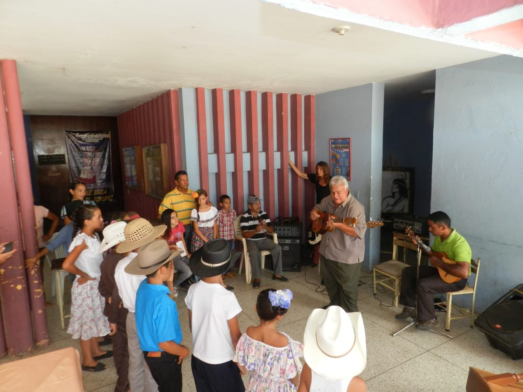 Josè Claret Rodrìguez dispuesto a enseñar a puntear el cuatro a niños vallepascuenses.jpg