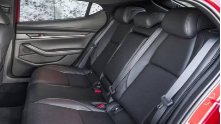 Sin mucha dimensión es sus asientos traseros no falta la elegancia de su forma