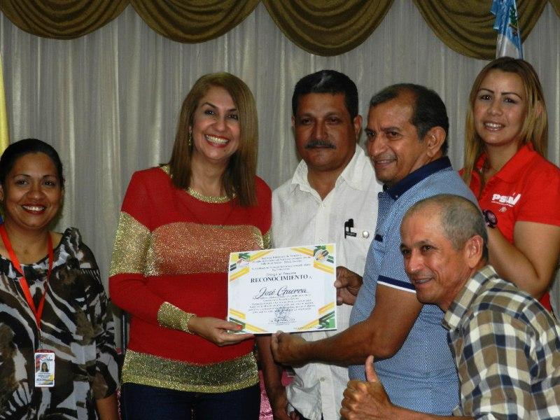 José Guerra también recibió su reconocimiento de la mano de la alcadesa del municipio Infante