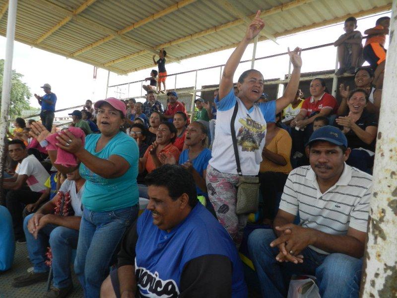 La barra de Infante anima sin descanso en las gradas del estadio de Las Garcitas.jpg