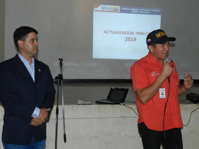 Tte Cnel Alexander Heras Mujica, gerente del Seniat Región Los Llanos y Leonardo Párraga, presidente del Colegio de Contadores Públicos del estado Guárico.jpg
