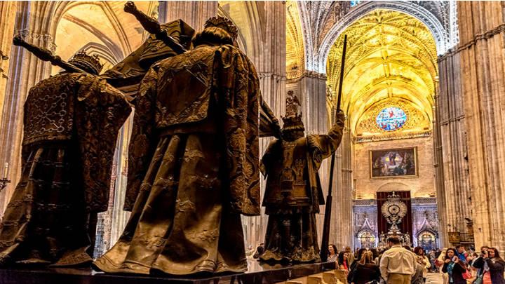 El monumento del escultor Arturo Mélida, a la derecha de la sala